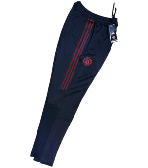 Ahead of a big match, a team needs all the preparation they can get. Suit up like Man United in these Adidas training pants. They keep you dry and comfortable, so you stay focused on training. The split-color design adds some style points as you head to the gym or walk home from the park.